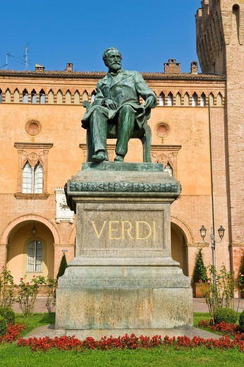 rocca pallavicino e statua di giuseppe verdi, busseto, emilia romagna, italia : Stock Photo