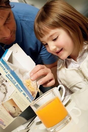 Stock Photo: 3153-709310 little girl, breakfast