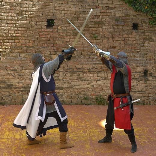 combattimento tra cavalieri medievali alla rocca viscontea di castell´arquato, emilia romagna, italia : Stock Photo