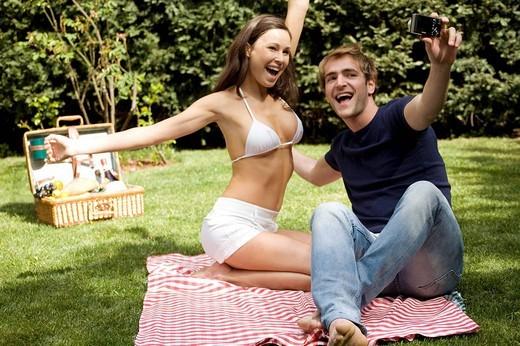 Stock Photo: 3153-715468 coppia con macchina fotografica, picnic