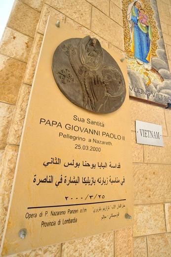 targa in onore di papa giovanni paolo II, basilica dell´annunciazione, nazaret, israele, galilea : Stock Photo