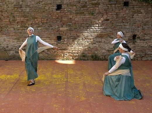 Stock Photo: 3153-746922 danze medievali alla rocca viscontea di castell´arquato, emilia romagna, italia