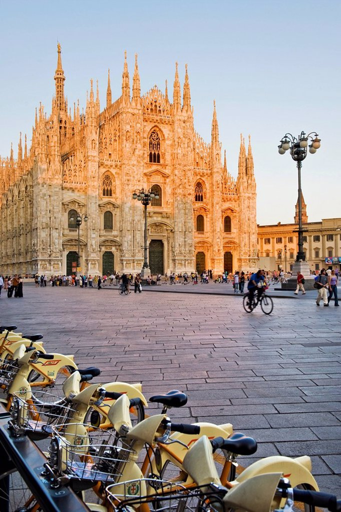 Stock Photo: 3153-750753 piazza del duomo, bikesharing, milan, lombardy, italy