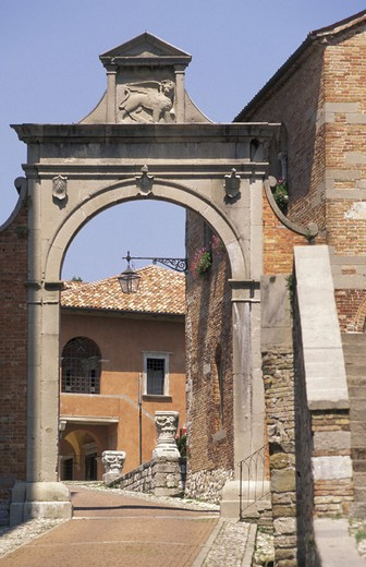 Stock Photo: 3153-764722 gate to the castle, udine, italy