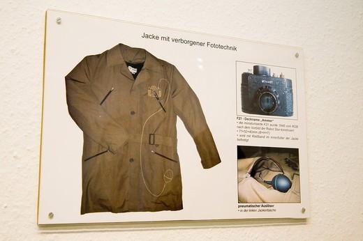 giacca con macchina fotografica nascosta usata dalle spie della ddr, centro segreto della stasi ai tempi della ddr, museo della stasi, berlino, germania : Stock Photo