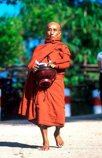 asia, burma, myanmar, mon state, road to kyaiktiyo pagoda, monk collecting food : Stock Photo