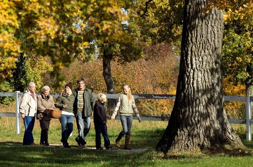 Stock Photo: 3153-810706 family, countryside