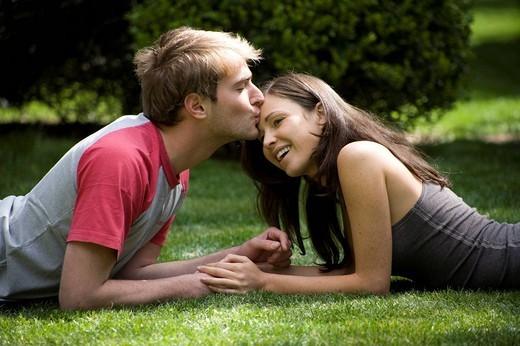 coppia sul prato, bacio : Stock Photo