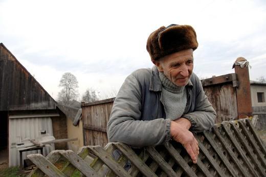 Stock Photo: 3153-817840 uomo anziano con il tipico cappello rumeno che si chiama caciula, scheia, romania
