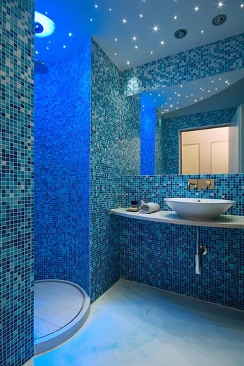 Stock Photo: 3153-819728 bagno con pareti rivestite di piastrelle blu a mosaico