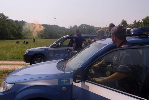 segnalazione con fumogeni, esercitazione della polizia di stato, elicottero agusta bell 212 del secondo reparto volo di malpensa : Stock Photo