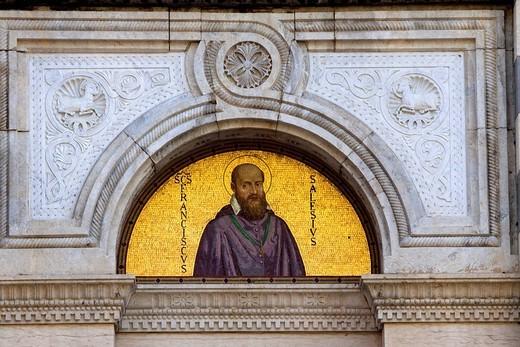 lunetta sulla facciata della chiesa di nostra signora della neve, san francesco di sales, la spezia, liguria, italia : Stock Photo