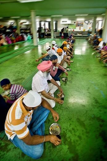ora del pasto nel tempio, comunità sikh, associazione sikhdharma gurdwara singh sabha, novellara, emilia romagna, italia : Stock Photo
