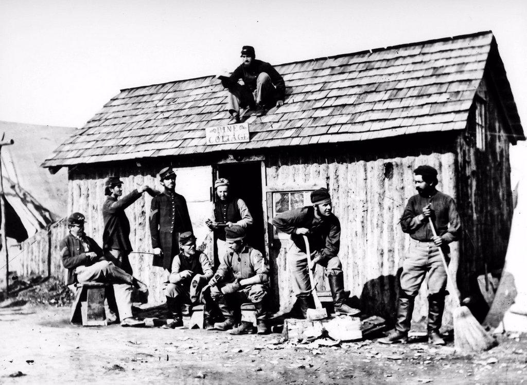costruzione di una casa di legno durante la guerra civile americana, 1963. the construction of a cottage during the American Civil War, 1963, : Stock Photo