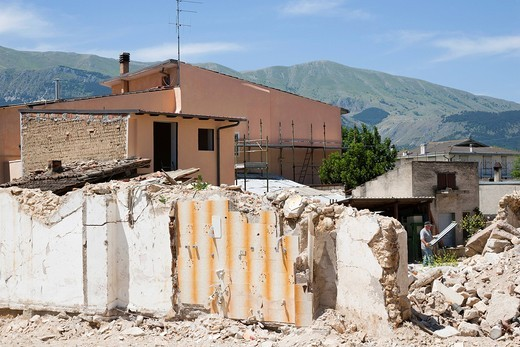 Stock Photo: 3153-834009 edificio danneggiato, terremoto, 6 aprile 2009, paese di onna, provincia di l´aquila, abruzzo, italia, europa. damaged building, earthquake, 06 april 2009, onna village, province of l´aquila, abruzzo, italy, europe