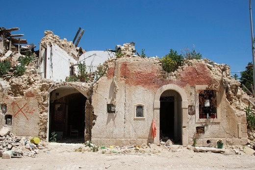 Stock Photo: 3153-834017 edificio danneggiato, terremoto, 6 aprile 2009, paese di onna, provincia di l´aquila, abruzzo, italia, europa. damaged building, earthquake, 06 april 2009, onna village, province of l´aquila, abruzzo, italy, europe