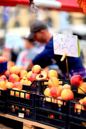 fruttivendolo, mercato di porta palazzo, torino, italia. market in porta palazzo, turin, piedmont, italy : Stock Photo