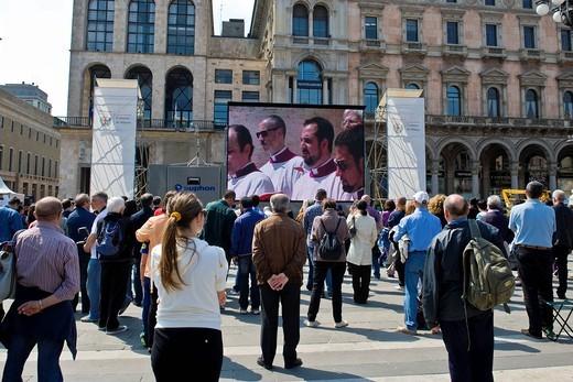 beatificazione di papa giovanni paolo II, piazza duomo, milano, italia. Beatification of Pope John Paul II passed on the giant screen in Duomo square, Milan, Italy : Stock Photo