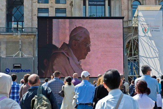beatificazione di papa giovanni paolo II, piazza duomo, milano, italia. Beatification of Pope John Paul II passed on the giant screen in Duomo square, Milan, Italy : Stock Photo