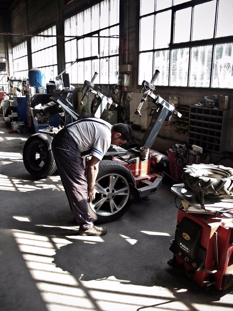 officina meccanica, cambio dei pneumatici, gommista. mechanical workshop, changing tires, tires : Stock Photo