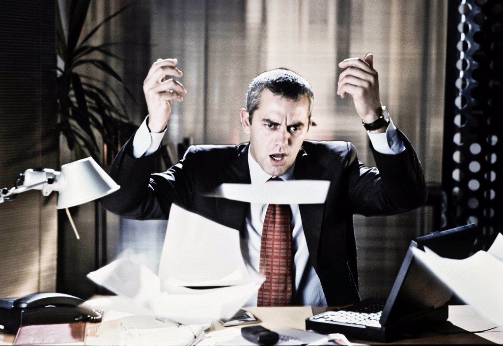 Stock Photo: 3153-836674 manager arrabbiato in ufficio, fogli in aria. angry manager in office, sheets in the air