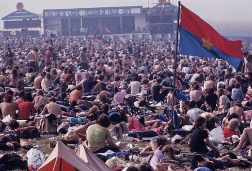 giovani al concerto sull´isola di Wight, 1970. people at the concert, isle of wight, 1970 : Stock Photo