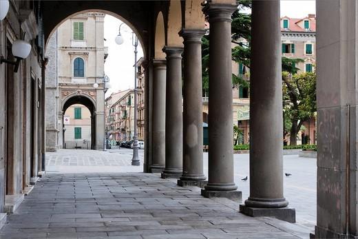 colonnato di piazza brin, la spezia, liguria, italia. colonnade in piazza brin, la spezia, liguria, italy : Stock Photo