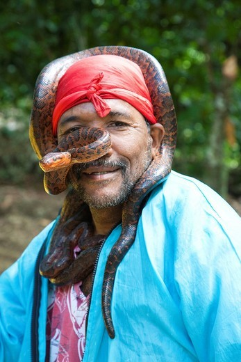 uomo con serpente boa, zona di higuey, hispaniola, repubblica dominicana, caraibi. man with boa snake, zone of Higuey, Hispaniola, Dominican Republic, Caribbean : Stock Photo