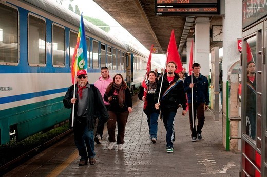 operai alla stazione di roma, manifestazione nazionale fiom_cgil in difesa del contratto nazionale dei metalmeccanici, roma, 16 ottobre 2010. FIOM_CGIL national demonstration in defense of the national metalworkers´, Rome, October 16, 2010 : Stock Photo