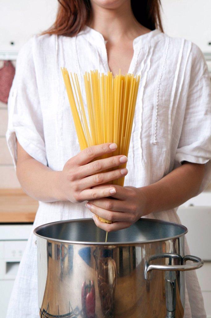 Stock Photo: 3153-839192 una donna che cucina, spaghetti. woman cooking spaghetti