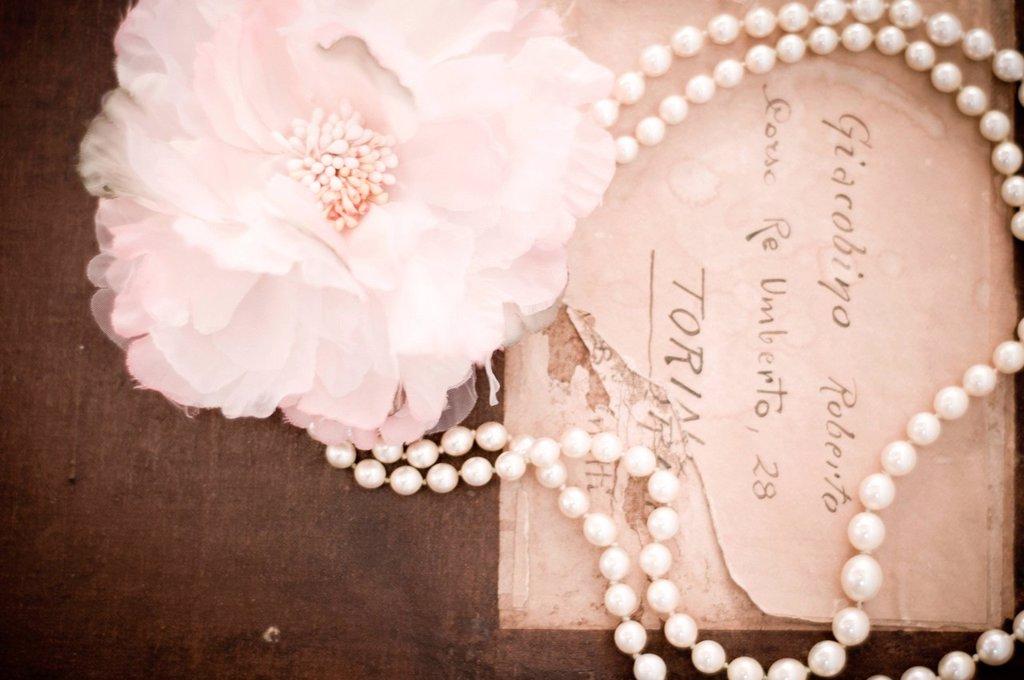 Stock Photo: 3153-841477 collana di perle, lettera. pearl necklace, letter