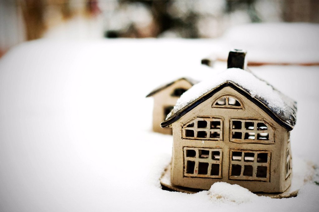 casette nella neve. houses in the snow : Stock Photo