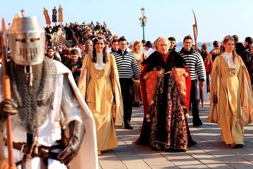 dignitari, carnevale 2011, riva degli schiavoni, venezia, italia. carnival 2011, riva degli schiavoni, venice, italy : Stock Photo