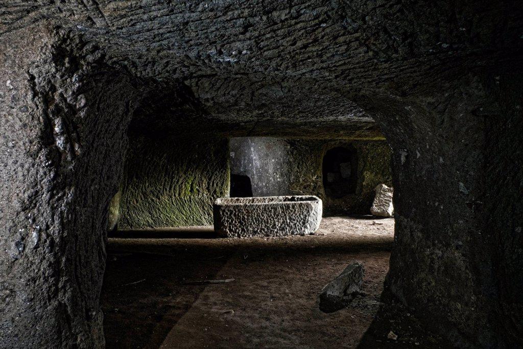 sarcofago, tomba etrusca, musarna, lazio, italia, europa. etruscan tomb, musarna, lazio, italy : Stock Photo