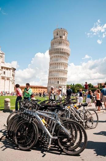 Stock Photo: 3153-844059 biciclette in piazza dei miracoli, pisa, italia. bicycles in piazza dei miracoli, pisa, tuscany, italy
