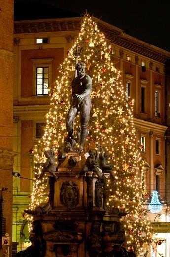 il nettuno, natale a bologna, emilia romagna, italia. the neptune, christmas in blogna, emilia romagna, italy : Stock Photo