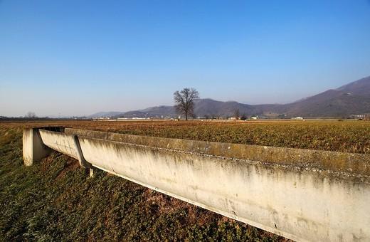 canali in cemento per l´irrigazione dei campi, rodengo saiano, franciacorta. concrete canals to irrigate fields,rodengo saiano, franciacorta, italy : Stock Photo