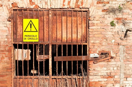 pericolo di crollo. danger of collapse : Stock Photo