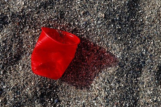 bicchiere di plastica sulla sabbia. plastic glass on the sand : Stock Photo