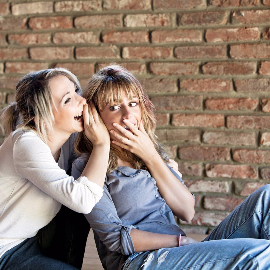due amiche mentre chiaccherano, esterni : Stock Photo