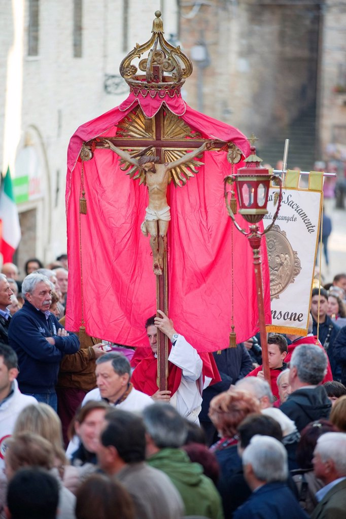processione per la madonna di san giovanni che precede il cavallo di fuoco, ripatransone, marche, italia. procession for Our Lady of St. John before the horse of fire, Ripatransone, Marche, Italy : Stock Photo