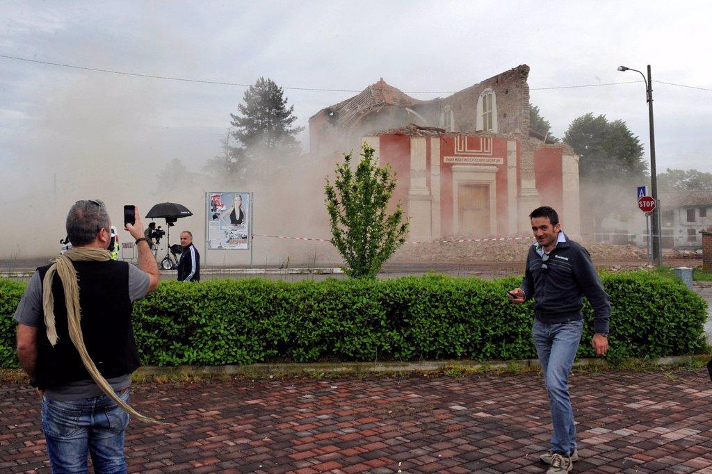 terremoto in emilia, crollo della chiesa di buonacompra, maggio 2012. earthquake in emilia, church collapsed buonacompra, may 2012 : Stock Photo
