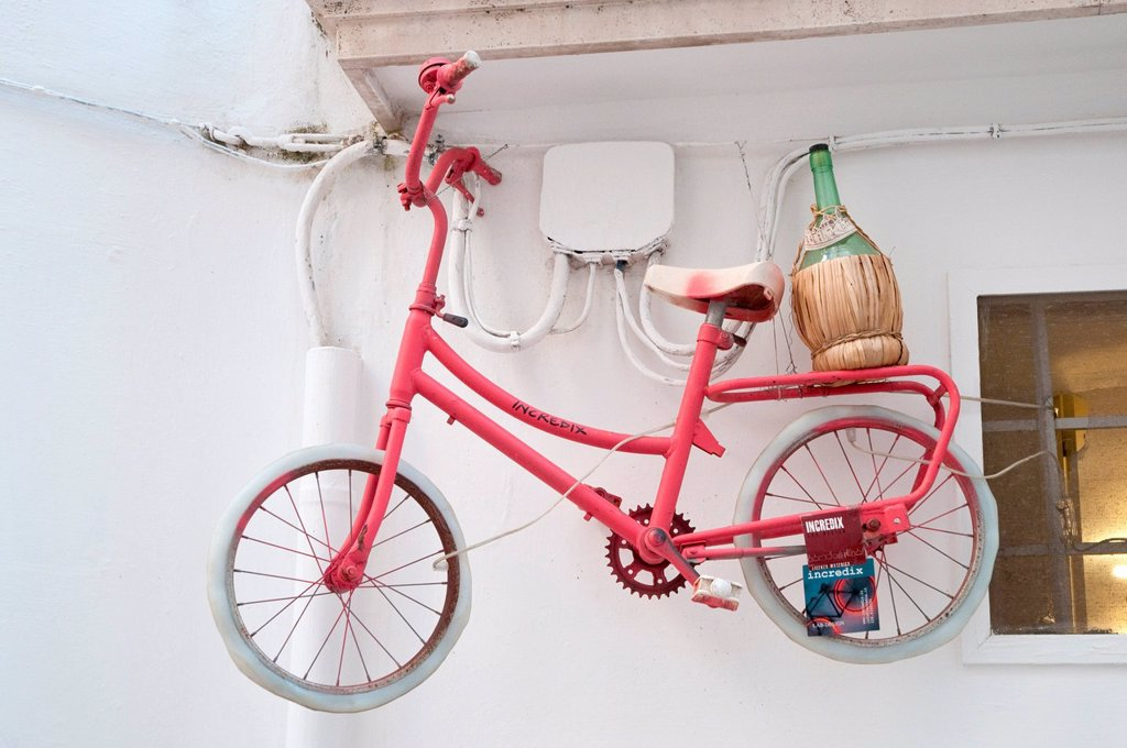 bicicletta con fiasco. bicycle with flask, locorotondo, puglia, italy : Stock Photo