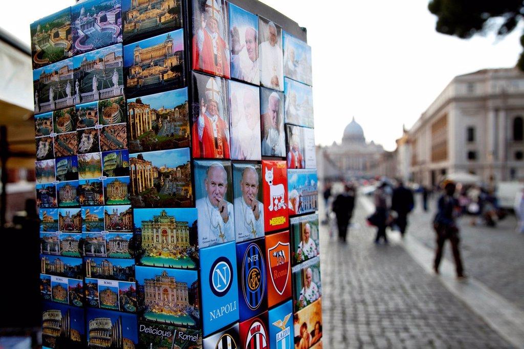 Stock Photo: 3153-855978 souveirs, via della conciliazione, basilica di san pietro, roma. Saint Peter´s Basilica and square in Vatican City, Rome