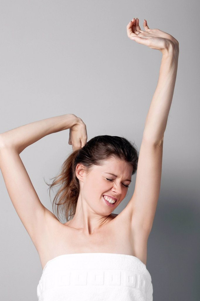 ragazza sgranchisce le braccia. young woman stretches : Stock Photo