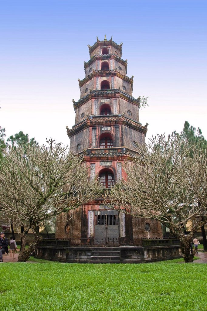 Stock Photo: 3153-860935 thien mu pagoda, dintorni di hué, vietnam. Thien Mu pagoda, Surrounding of Hué, Vietnam