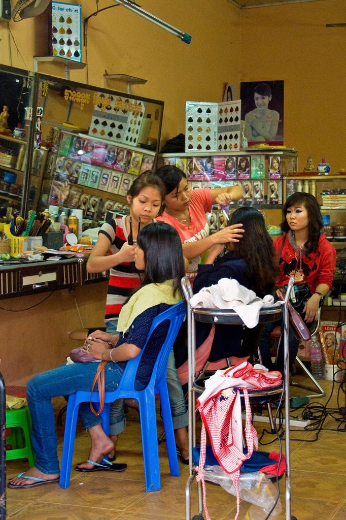 Stock Photo: 3153-862235 parrucchiere, siem reap, cambogia. Hairdresser, Siem Reap, Cambodia