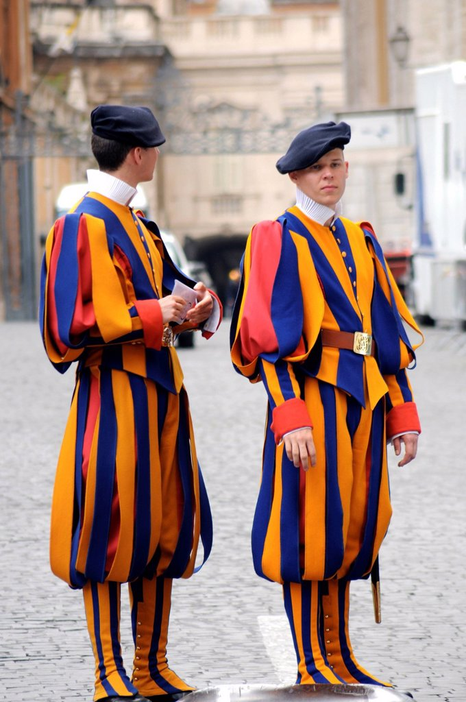 guardie svizzere, preparativi per l´evento di beatificazione di papa giovanni paolo II, roma 29 aprile 2011. swiss guards, Preparations for the event for the beatification of Pope John Paul II, Rome April 29, 2011 : Stock Photo
