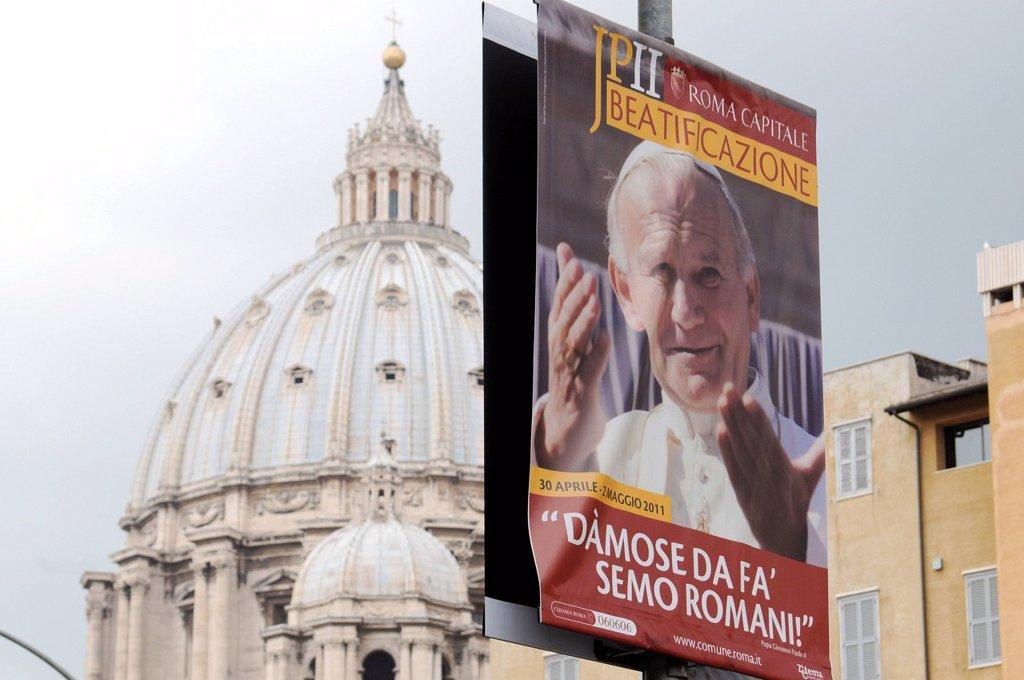 Stock Photo: 3153-862329 preparativi per l´evento di beatificazione di papa giovanni paolo II, roma 29 aprile 2011. Preparations for the event for the beatification of Pope John Paul II, Rome April 29, 2011