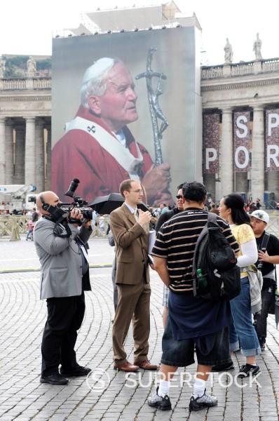 troupe televisiva, preparativi per l´evento di beatificazione di papa giovanni paolo II, roma 29 aprile 2011. Preparations for the event for the beatification of Pope John Paul II, Rome April 29, 2011 : Stock Photo